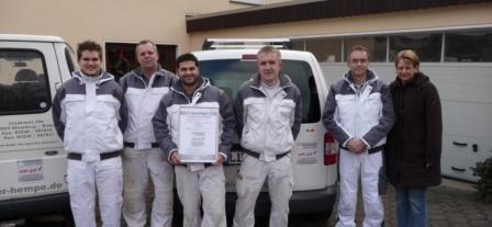 """Das Team von Malerbetrieb Andreas Hempe freut sich über die """"sehr gute"""" Auszeichnung."""